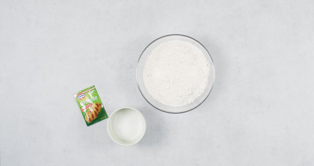 Suche składniki w miseczce i drożdże suszone Dr. Oetkera