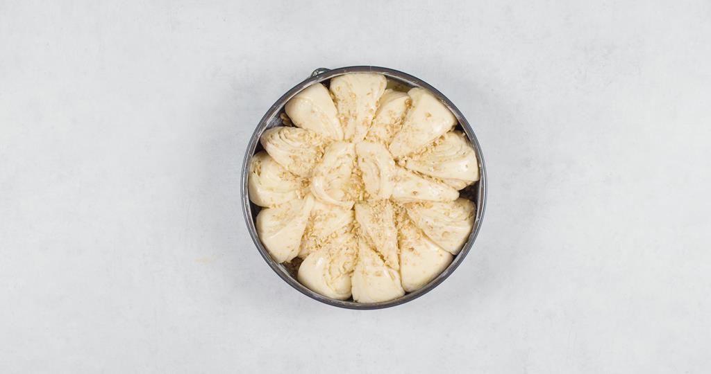 Chlebek na słodko z orzechami przed pieczeniem w tortownicy