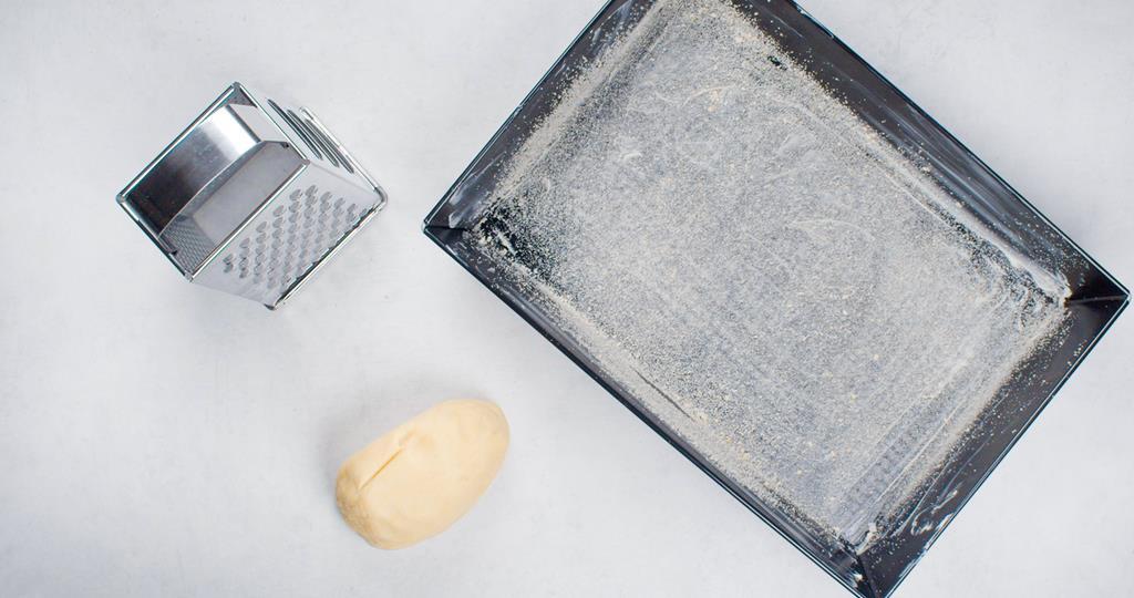 Forma wysmarowana masłem i posypana bułką tartą