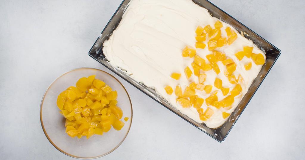 Masa serowa wyłożona na starte ciasto