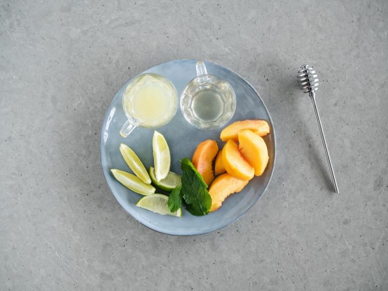 brzoskwinie, sok z limonki, cząstki limonki, syrop imbirowy