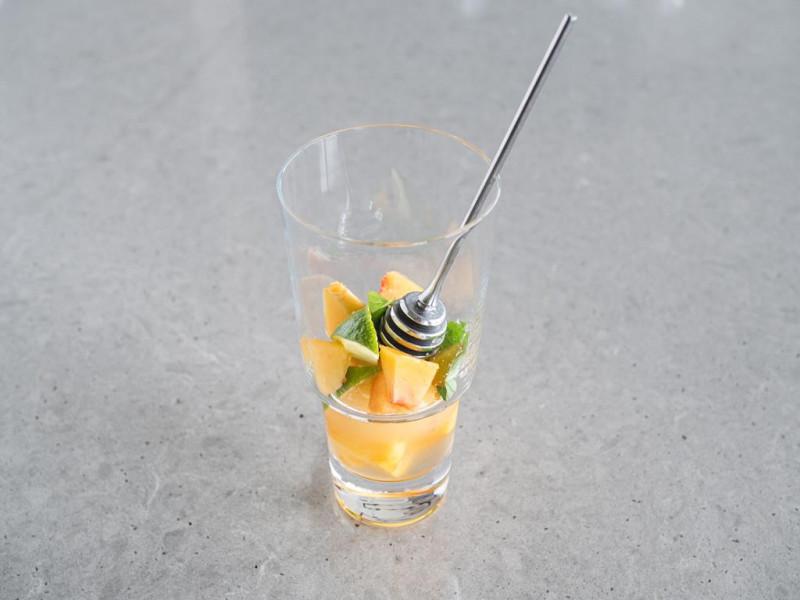 brzoskwinie rozgniatane z syropem imbirowym, miętą, pastą z wanilii Dr. Oetkera, limonką i sokiem z limonki