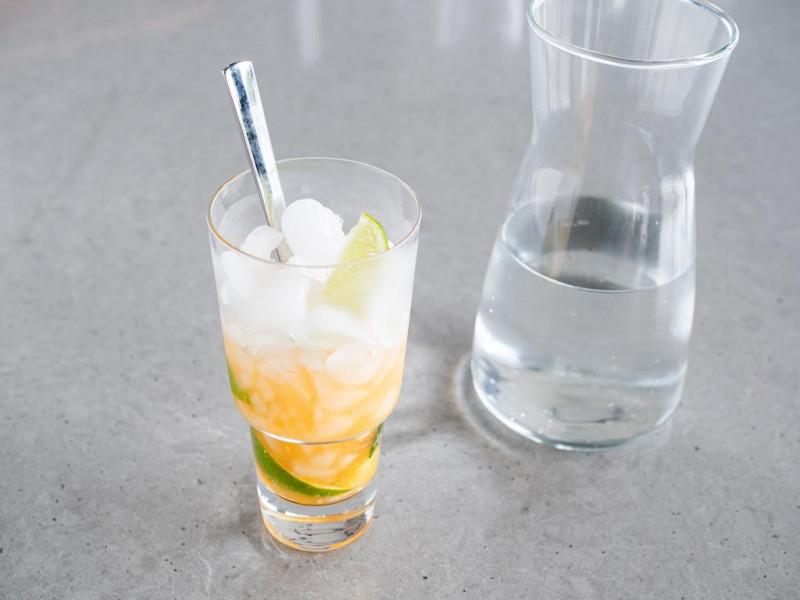 moctail brzoskwiniowe mojito bez alkoholu z lodem