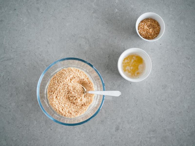 prażone wiórki kokosowe wymieszane z herbatnikami, masło