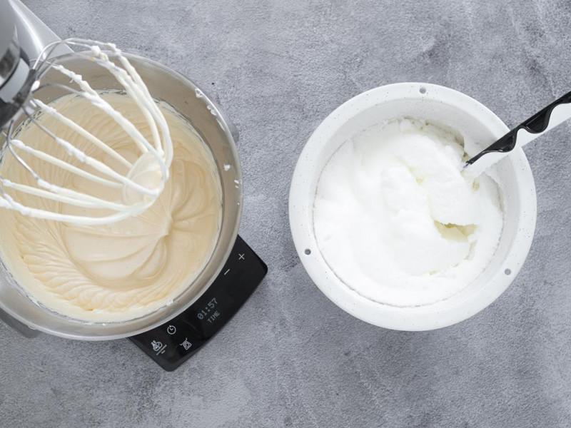 Masa serowa w misie robota kuchennego oraz ubite białka.
