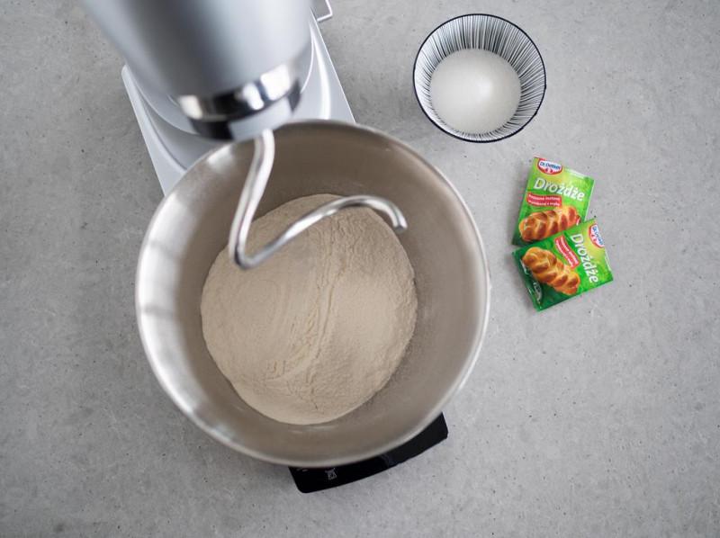 mąka, drożdże suszone instant Dr. Oetkera, cukier i cukier z wanilią Dr. Oetkera