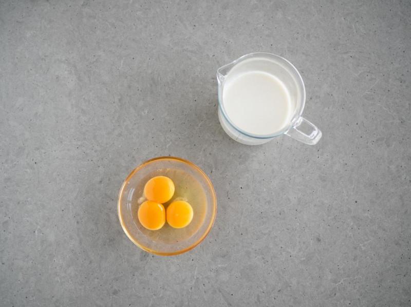 jajka, żółtka, ciepłe mleko