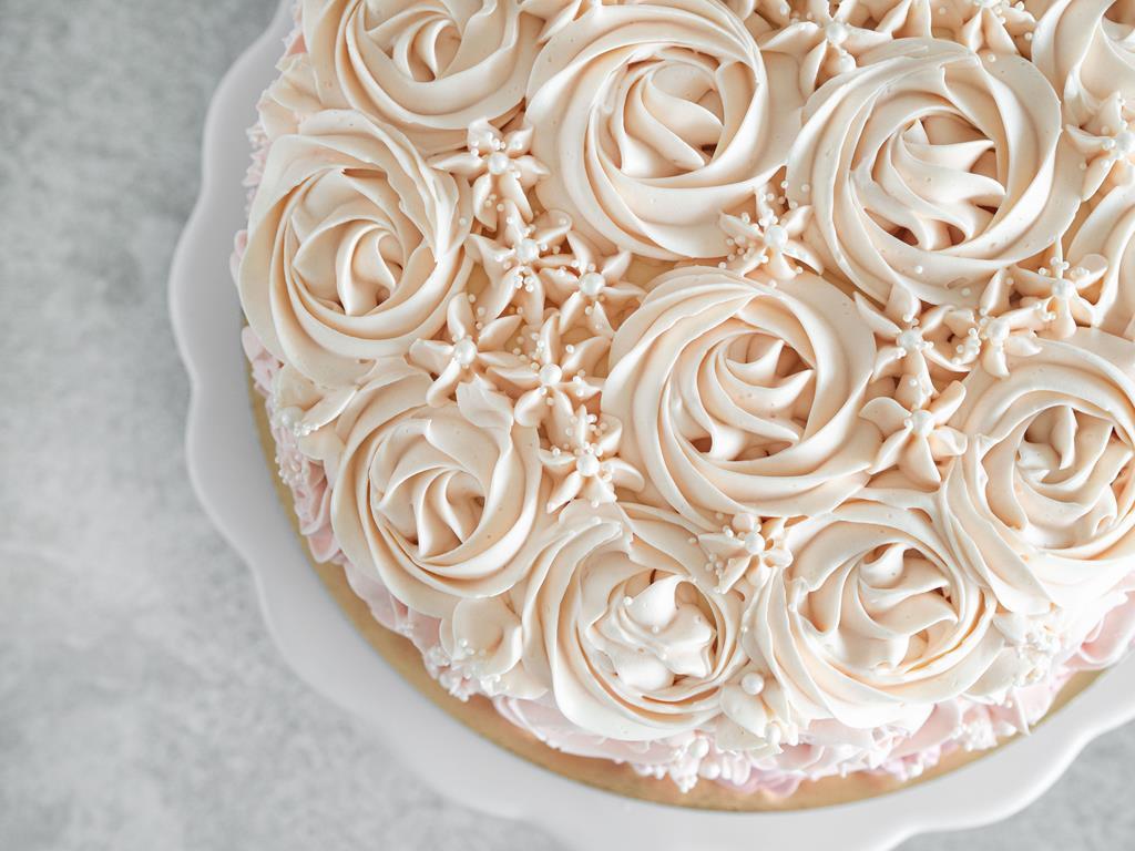 góra tortu z różami z kremu maślanego