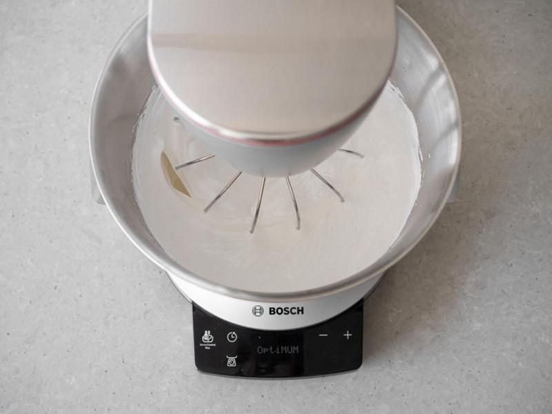 Ubijanie bezy w misie robota kuchennego MUM firmy Bosch.