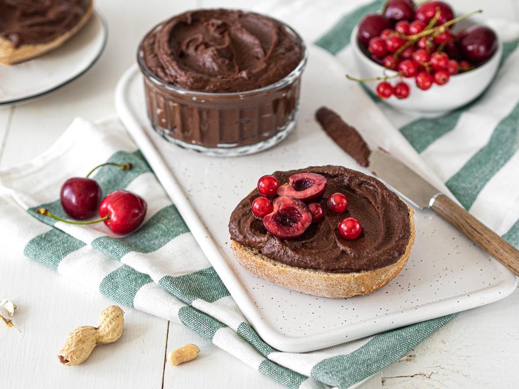 cieciorella czekoladowo-orzechowa z wiśniami i porzeczkami