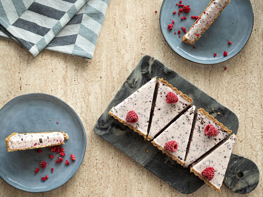 Lodowa tarta z malinami i czekoladą.