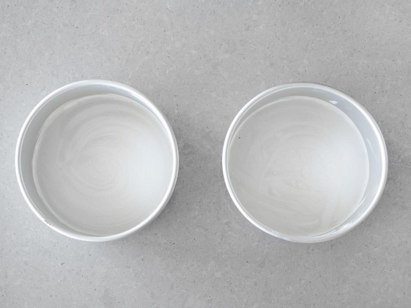 Formy o średnicy 20 cm marki Wilton.