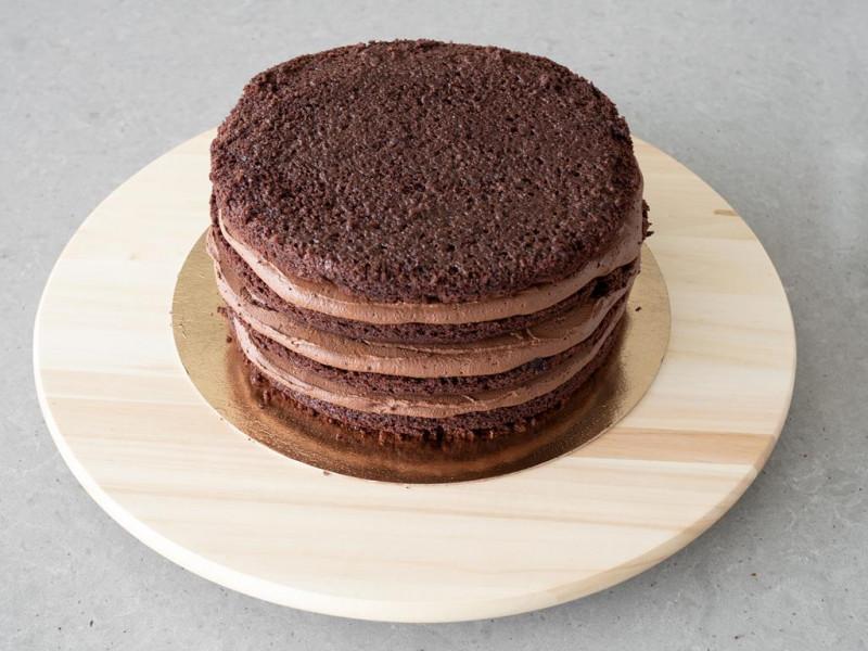 Przełożony kremem wegański tort czekoladowy.