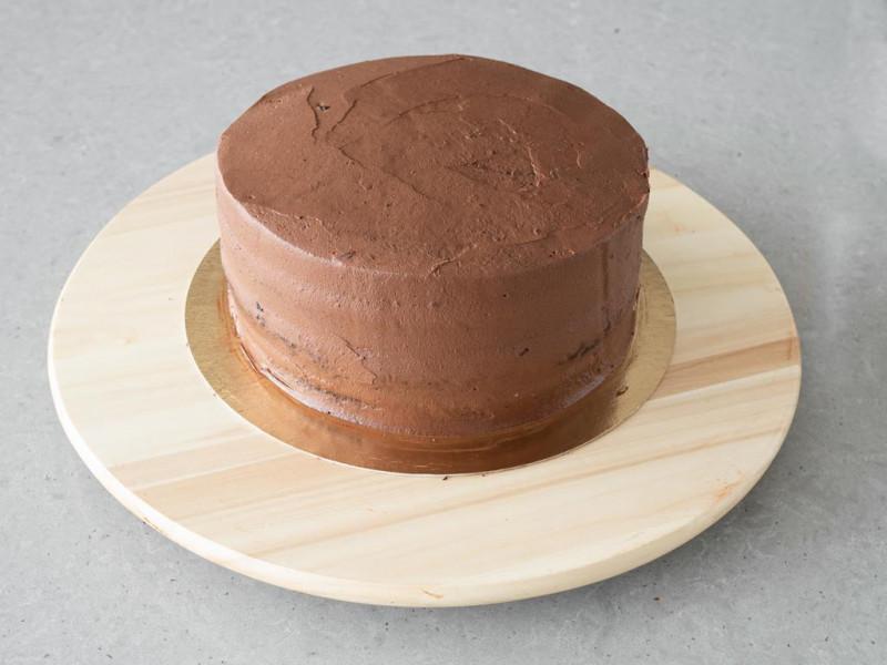 Wegański tort czekoladowy przełożony kremem.