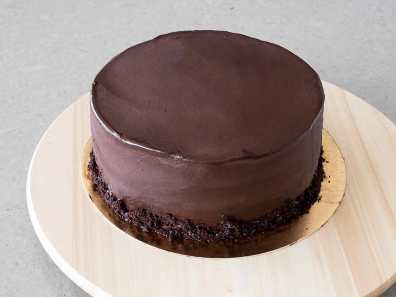 Tort wegański pokryty kremem maślanym.