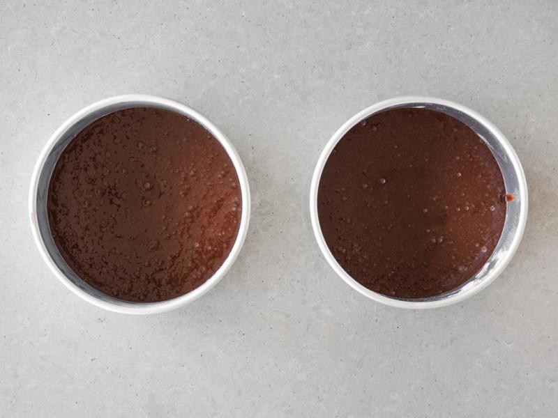 Ciasto czekoladowe do tortu wegańskiego przed pieczeniem.