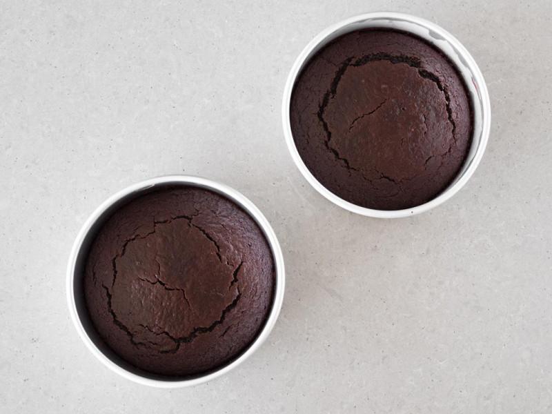 Upieczone czekoladowe blaty w foremkach o średnicy 20 cm.