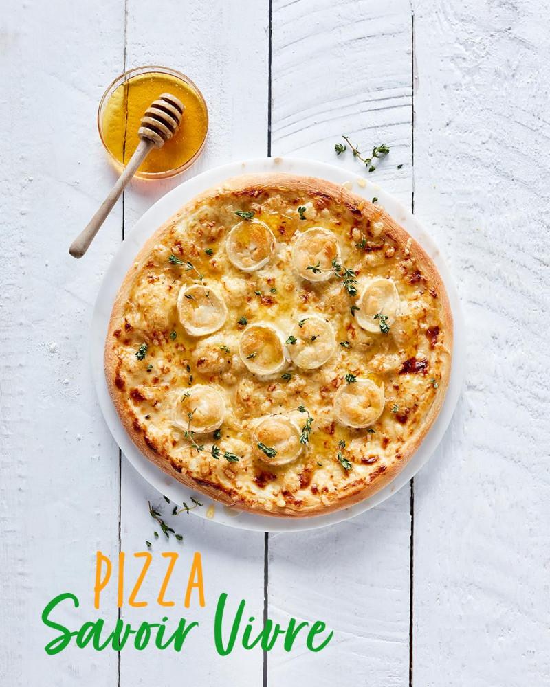 Pizza francuska z creme fraiche, kozim serem, podawana z miodem i tymiankiem
