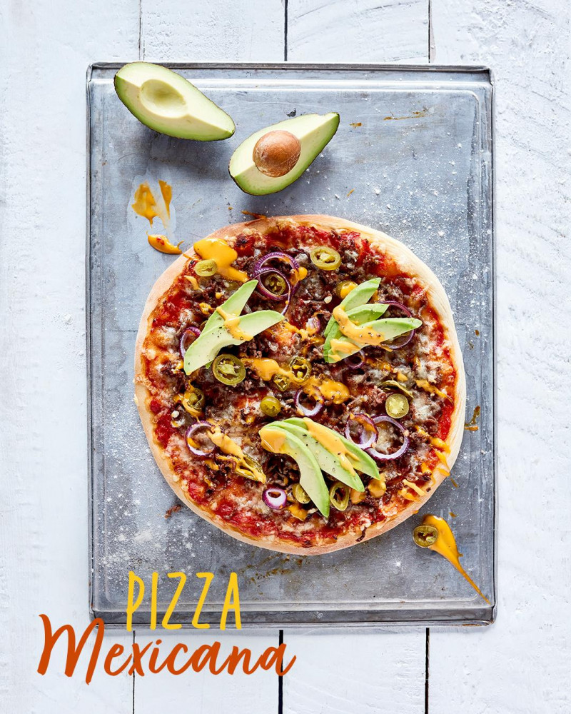 Pizza meksykańska z mieloną wołowiną, awokado, czerwoną cebulą, awokado i japalenos