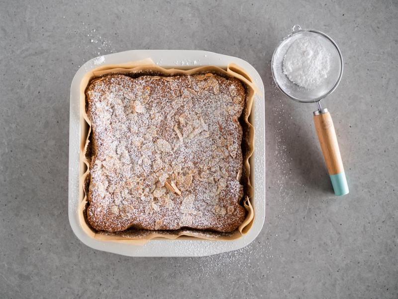 migdałowe ciasto cytrynowe bez glutenu z płatkami migdałów i cukrem pudrem