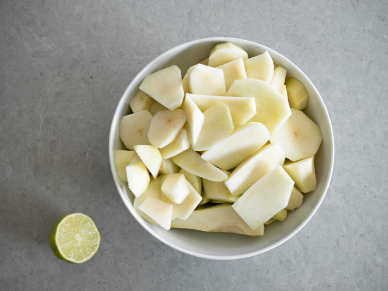 pokrojone gruszki w misce z połówką limonki na blacie