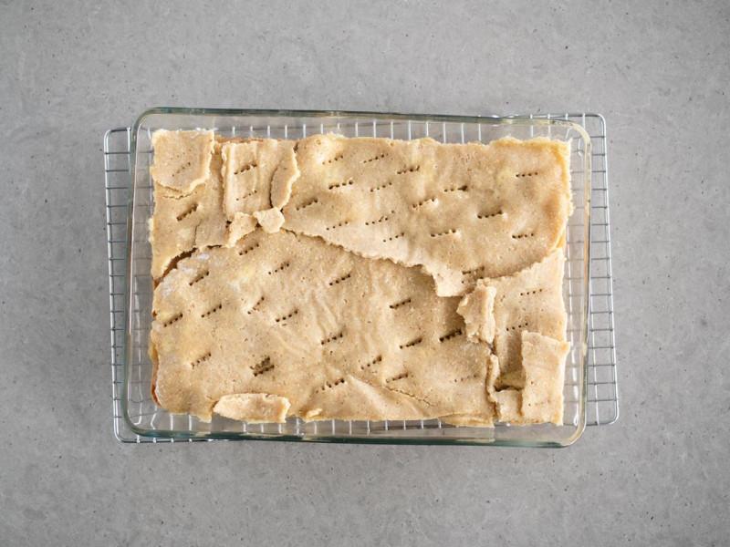 prażone jabłka przykryte ciastem migdałowo-owsianym bez glutenu