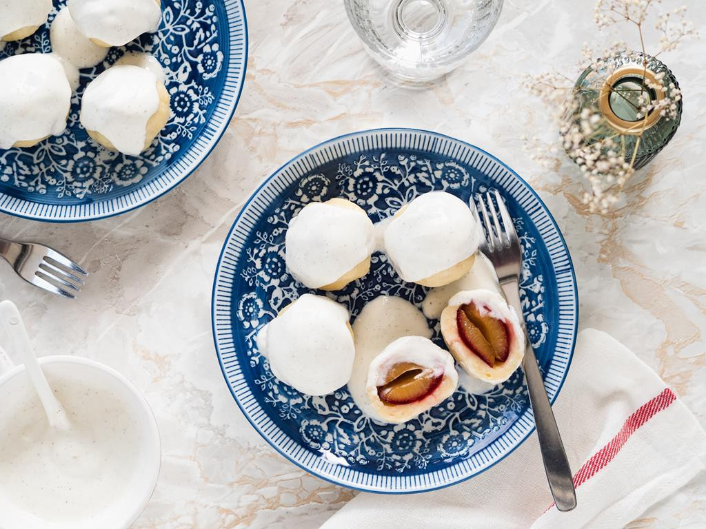 knedle ze śliwkami wegierkami i kwaśną śmietaną z wanilią - Wszystkiego Słodkiego