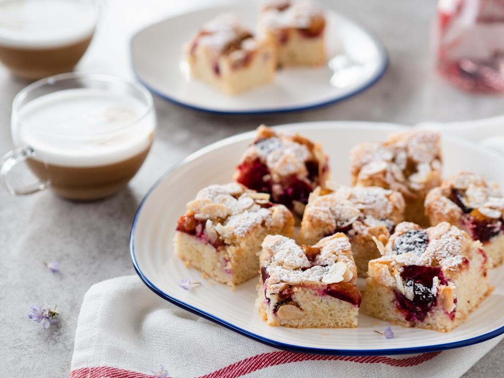 ciasto migdałowe ze śliwkami bez glutenu do kawy - Wszystkiego Słodkiego