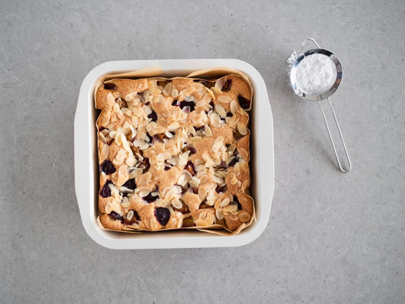 ciasto migdałowe bez glutenu ze śliwkami z płatkami migdałów