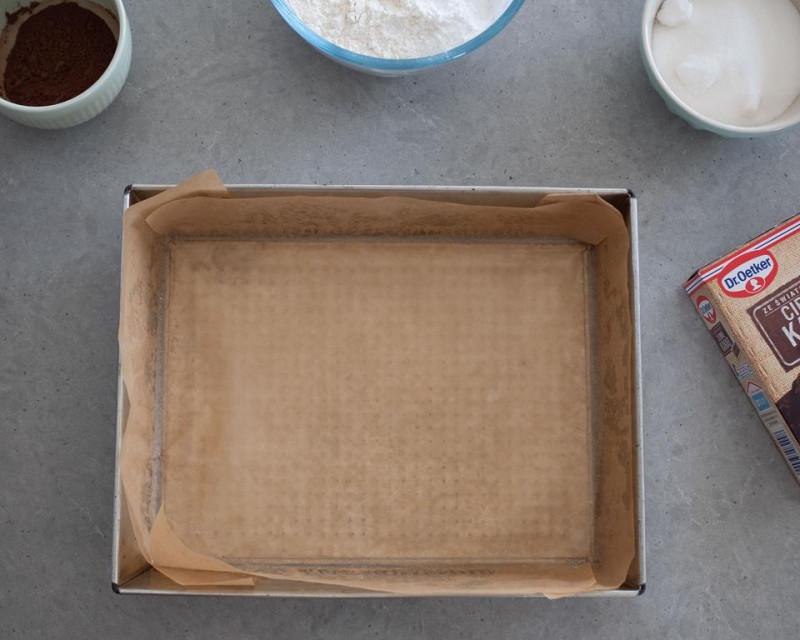 na blacie forma do pieczenia wyłożona papierem do pieczenia