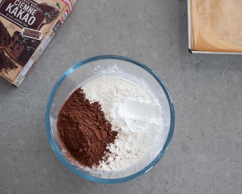 w misce mąka pszenna z proszkiem do pieczenia i ciemnym kakao Dr. Oetkera