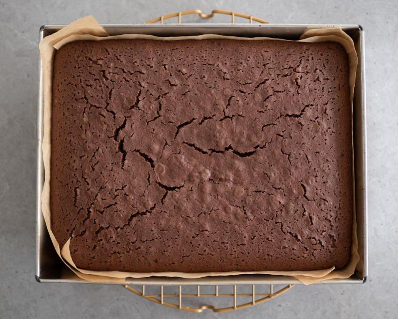 w foremce upieczone ciasto czekoladowe