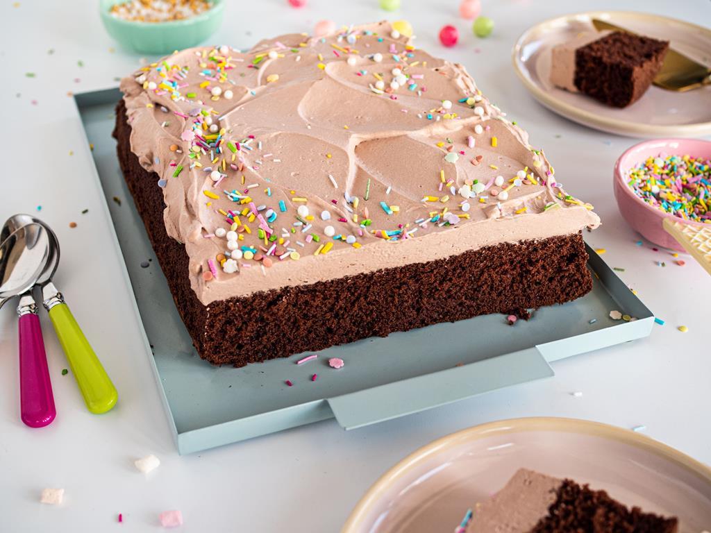 klasyczne ciasto czekoladowe z kremem czekoladowym z posypką konfetti Dr. Oetkera - wszystkiego słodkiego