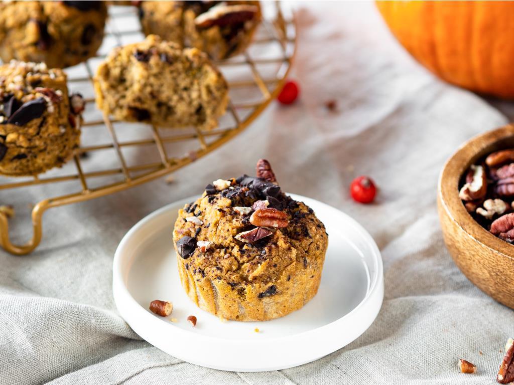 wegańskie muffinki dyniowe bez cukru z czekoladą i orzechami pekan na białym talerzyku - Wszystkiego Słodkiego