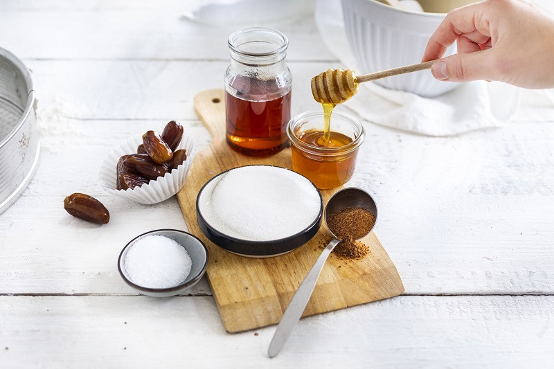 Zamienniki cukru - miód, daktyle, syrop klonowy, ksylitol, cukier kokosowy