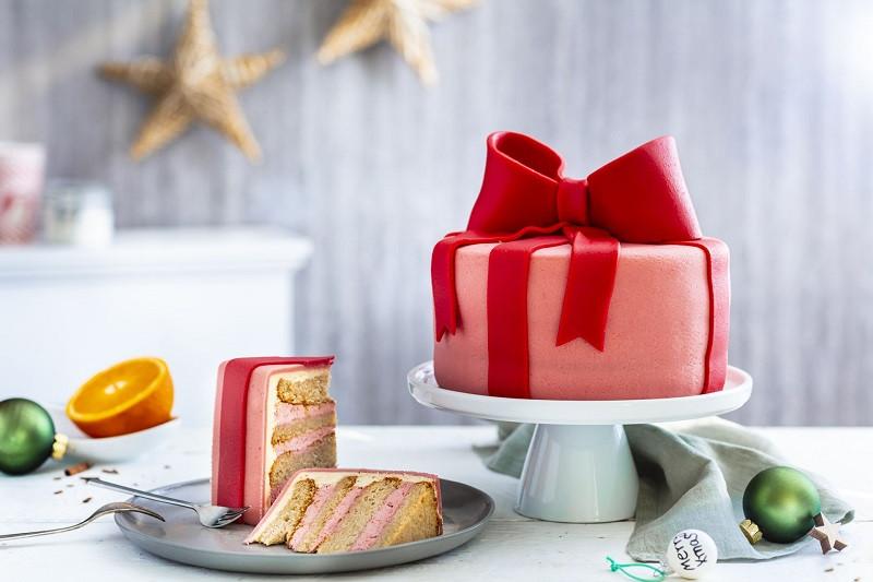 Tort na prezent z kokardką, przełożony kremem i udekorowany masą marcepanową - Wszystkiego Słodkiego