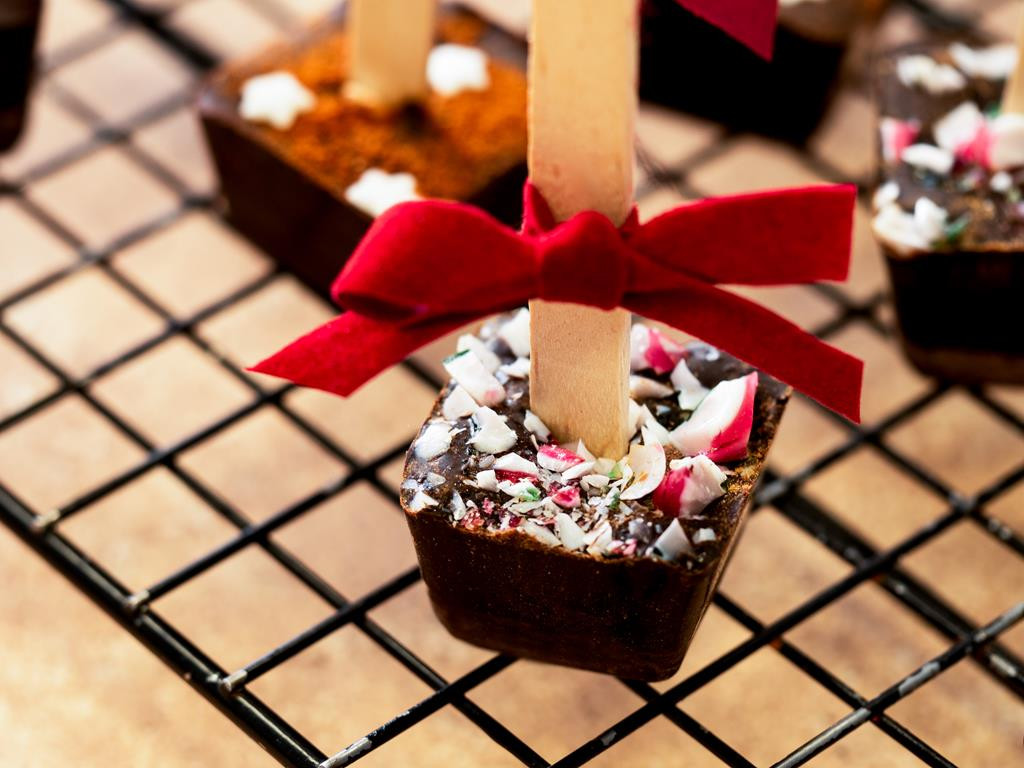 gorąca czekolada na patyku z pokruszoną laską cukrową