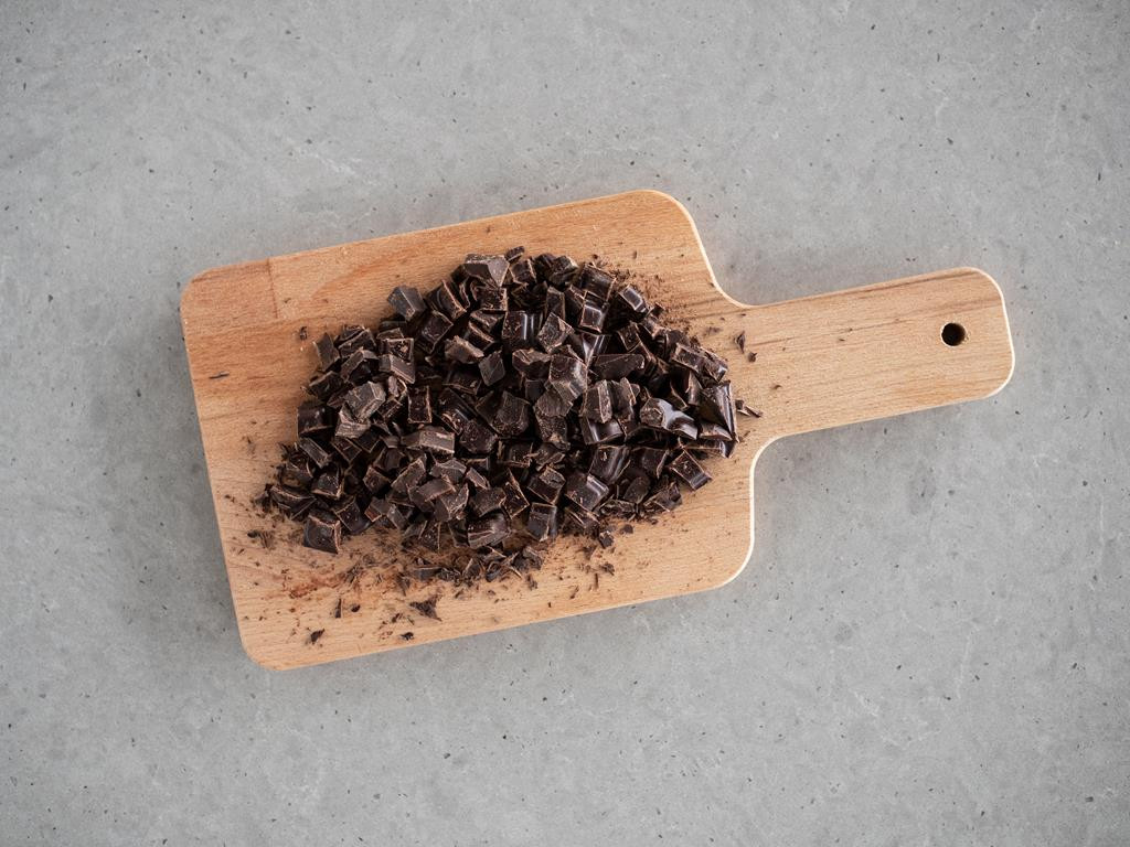 posiekana gorzka czekolada