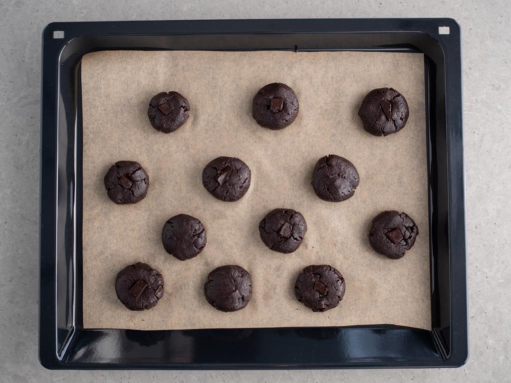 ciasteczka czekoladowo-orzechowe przed pieczeniem