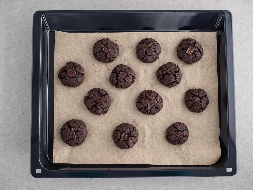 ciasteczka czekoladowo-orzechowe po upieczeniu