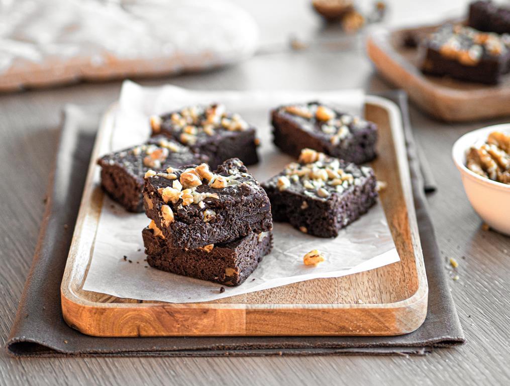 brownie weganskie z orzechami wloskimi na drewnianym talerzyku