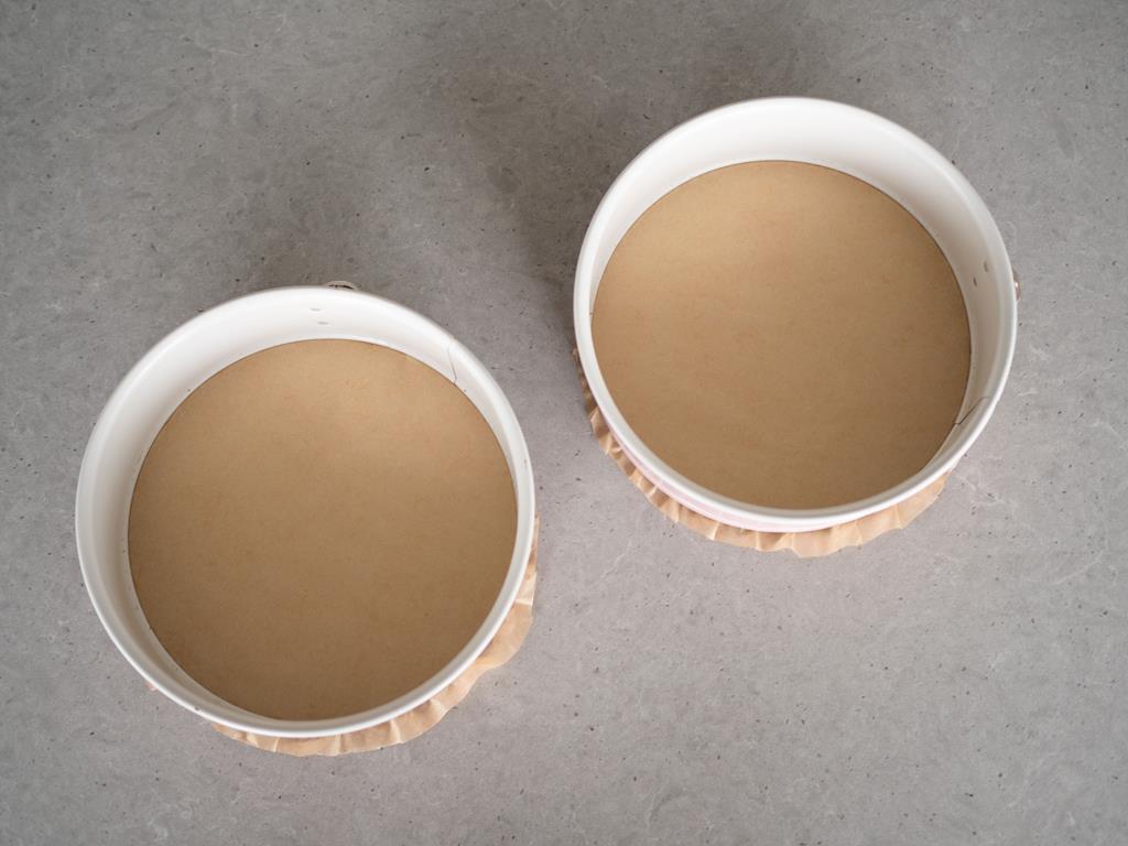 dwie tortownice wyłożone papierem do pieczenia Retro Dr. Oetker