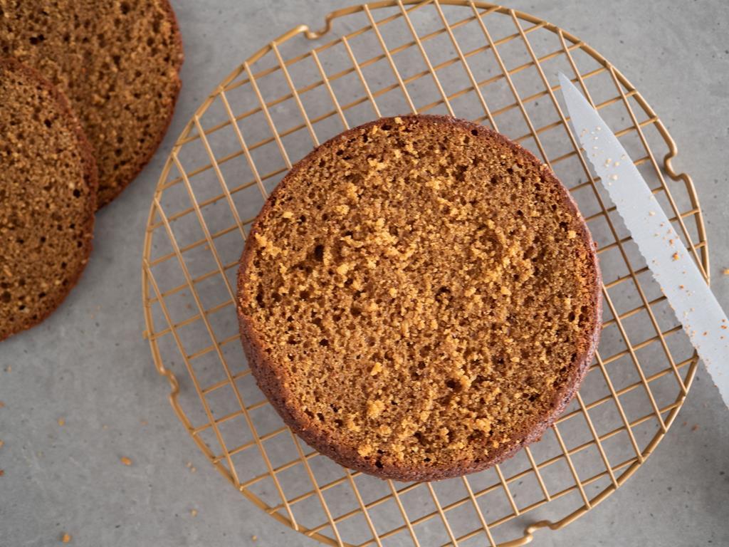blat ciasta położony na kratce do pieczenia