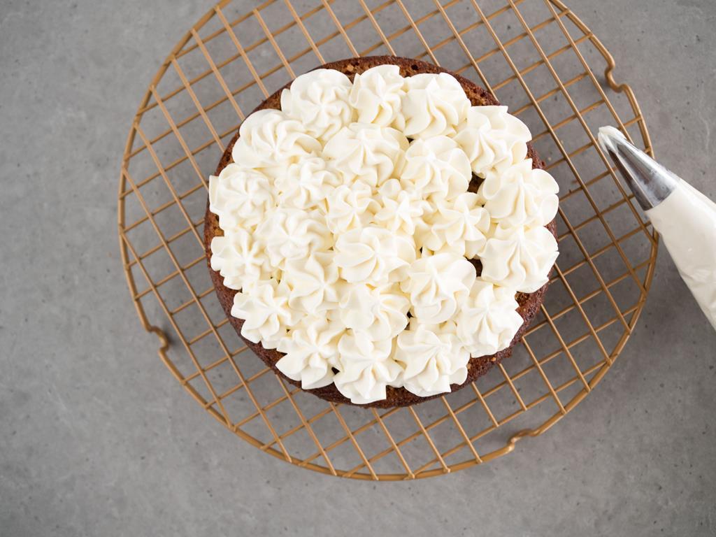 blat ciasta z kremem z białej czekolady