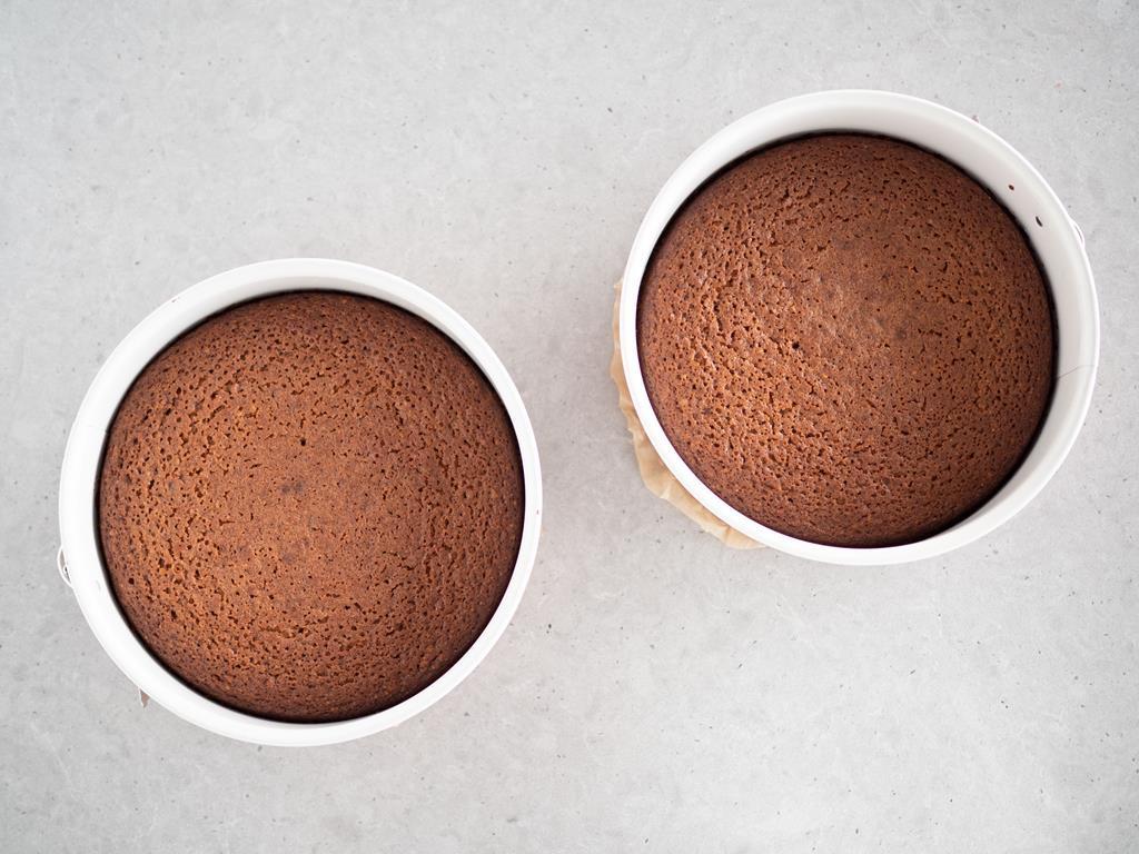 upieczone dwie foremki ciasta z cukrem kokosowym