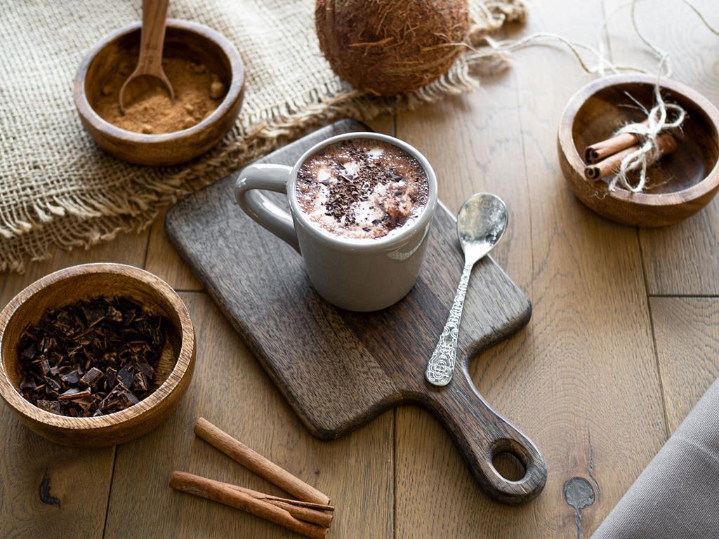 gorąca wegańska czekolada ze śmietanką kokosową i kawałami czekolady