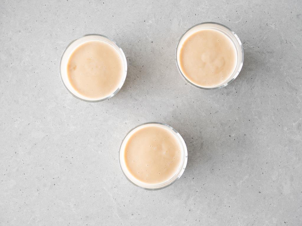 Wegański pudding karmelowy w miseczkach.