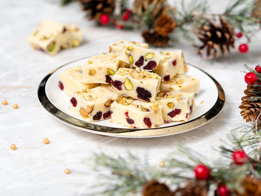 fudge czyli kostka z białej czekolady z żurawiną i pistacjami - Wszystkiego Słodkiego