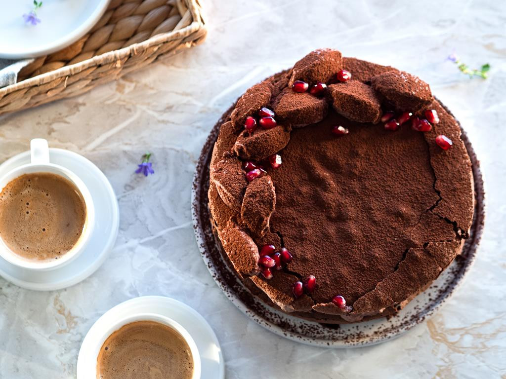 Torcik czekoladowy z kremem kakaowym i owocem granatu
