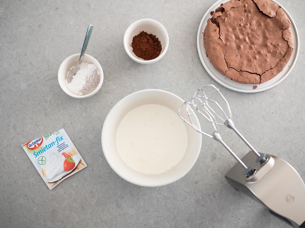 cukier puder, schłodzona śmietanka 30%, cukier z wanilią bez glutenu Dr. Oetker, śmietan-fix Dr. Oetker, ciemne kakao Dr. Oetker, blat czekoladowego ciasta